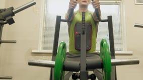 Fet man i idrottshallen figures kondition flera barn f?r sportutbildningskvinna Sund livsstil lager videofilmer