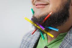 Fet man med blyertspennan i skägg Royaltyfri Foto