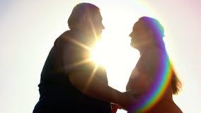 Fet man och kvinna som rymmer händer, fetmaproblem, utomhus- datum, affektion arkivbild