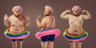 Fet rolig man för collage i en baddräkt med en uppblåsbar cirkel royaltyfri fotografi