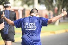 Fet spring på hans tillbaka visande skjorta med uttryck det knubbiga momentet, mummelmummelmummel arkivbild