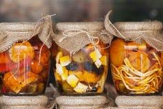 Feta et olives dans pots Photo libre de droits