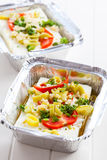 Feta-kaas in bakselpan voor grill Stock Afbeeldingen