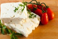 Feta-kaas met verse tomaten wordt gediend die royalty-vrije stock foto