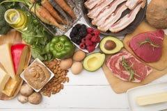 Feta olika Foods, som är perfekta för höjdpunkt -, den låga carben bantar arkivbilder