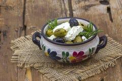 Feta oliwki z ziele w oliwa z oliwek i ser obraz stock