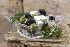 Feta oliwki z ziele w oliwa z oliwek i ser obrazy stock
