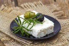 Feta oliwki z ziele w oliwa z oliwek i ser zdjęcie royalty free