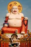 Feta skratta Buddha över blåttskyen Royaltyfri Fotografi