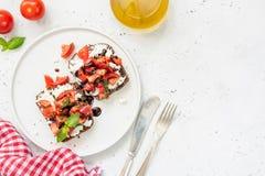 Feta, tomat och balsamic sås på rostat bröd, italiensk kokkonst Fotografering för Bildbyråer