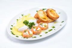 Fetaost, fiskmellanmål och rostat bröd royaltyfria bilder