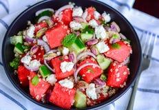 Fetasalat mit Quinoa und Wassermelone Stockfotografie