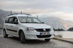 Fethiye/Turchia - 09 28 18: Renault Logan MCV sul fondo del mare della baia fotografie stock libere da diritti