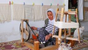 FETHIYE TURKIET MAY 2015: turkisk kvinna som väver vävstolmaskinen arkivfilmer