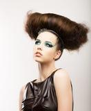 Fetisch. Künstlerischer ausdrucksvoller Brunette mit Frizzy Frisur. Kreatives Anreden Stockbild