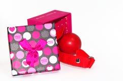 Fetischgag lokalisiert auf einem weißen Hintergrund in der Geschenkbox Lizenzfreies Stockbild