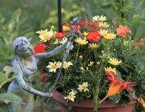 Feträdgården med statyn på trädgården turnerar Arkivbilder