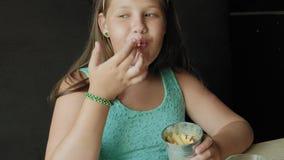 Fett äta för flicka ivrigt pommes frites, begrepp av ett sunt bantar stock video