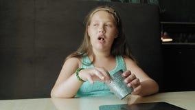 Fett äta för flicka ivrigt pommes frites, begrepp av ett sunt bantar lager videofilmer