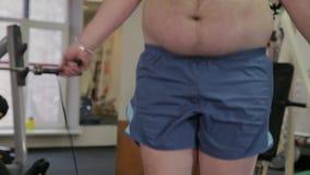 Fett manbanhoppningrep i idrottshallen lager videofilmer