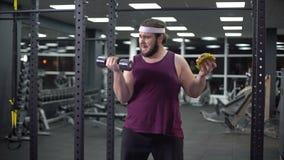 Fett manligt välja mellan den sunda livsstilen och snabbmat som gör högert val stock video