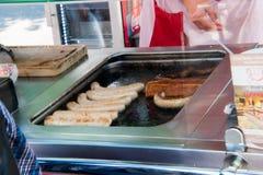 Fett täckte gallret med att laga mat för bratwurst och för hamburgare fotografering för bildbyråer
