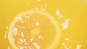Fetta arancio del movimento lento che cade nella vista superiore del succo archivi video
