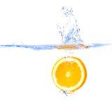 Fetta arancione in acqua Fotografia Stock