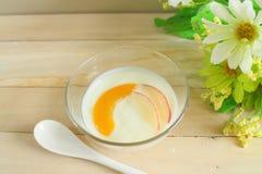 Fetta a bassa percentuale di grassi naturale della pesca e della mela del preparato del yogurt Fotografia Stock Libera da Diritti