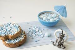 Fetta biscottata con le palle blu dell'anice, muisjes, ossequio olandese per quando un neonato nasce nei Paesi Bassi fotografie stock libere da diritti