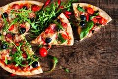 Fetta calda con le merguez, formaggio di fusione della pizza su un woode rustico Immagine Stock