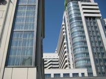 Fetta del cielo blu fra i grattacieli Fotografie Stock