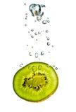 Fetta del Kiwi in acqua Fotografia Stock