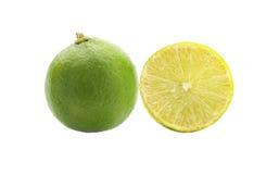 Fetta del limone isolata su priorità bassa bianca Fotografia Stock