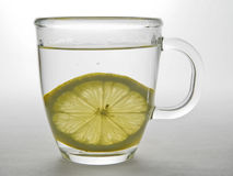 Fetta del limone in tazza di vetro 2 Fotografie Stock