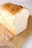 Fetta del pane ed aglio e tavola di legno fotografia stock libera da diritti