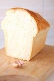 Fetta del pane ed aglio e tavola di legno fotografie stock libere da diritti