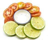 Fetta del pomodoro e della calce con sale Immagine Stock