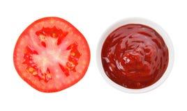 Fetta del pomodoro e della salsa al pomodoro Fotografie Stock Libere da Diritti