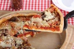 Fetta del servizio di pizza Fotografia Stock