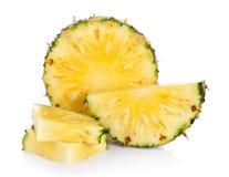 Fetta dell'ananas isolata su una priorità bassa bianca Immagini Stock
