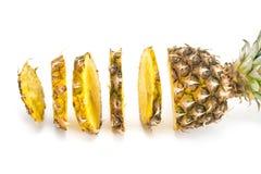 Fetta dell'ananas isolata sui precedenti bianchi Fotografia Stock