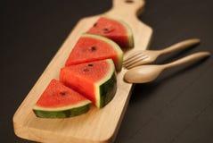 Fetta dell'anguria sul piatto di legno Fotografia Stock Libera da Diritti