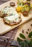 Fetta della carne di maiale con formaggio Fotografie Stock Libere da Diritti