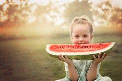 Fetta della holding della ragazza di anguria Fotografia Stock