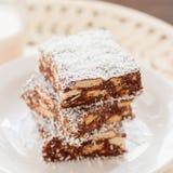 Fetta della noce di cocco del cioccolato con i biscotti immagini stock