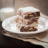 Fetta della noce di cocco del cioccolato con i biscotti immagini stock libere da diritti