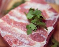 Fetta della pancia di carne di maiale su un bordo di legno Fotografia Stock Libera da Diritti