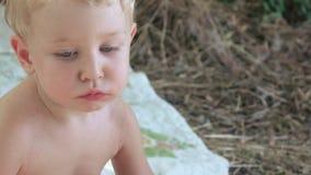 Fetta di alimentazione dei bambini di anguria video d archivio