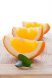 Fetta di arancio e di foglio immagine stock libera da diritti